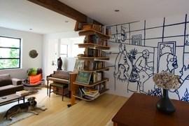 空間の間仕切りとしての壁の作り付け本棚